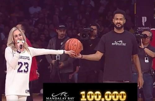 ВИДЕО. Болельщик Лейкерс выиграл $100 тысяч, забросив мяч с центра площадки