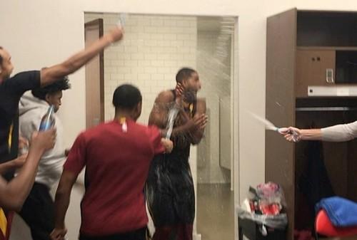 ВИДЕО. Игроки Кливленда в раздевалке бурно празднуют победу над Детройтом