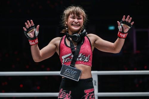 ВИДЕО. Тайка жестоко избила соперницу в MMA и порадовала публику танцами