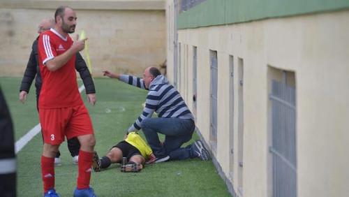 ВІДЕО. Яка дикість! Футболіст в чемпіонаті Мальти побив бокового арбітра