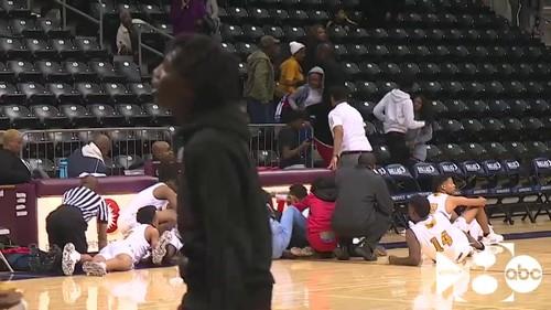 ВИДЕО. Болельщик начал стрельбу во время баскетбольного матча в США