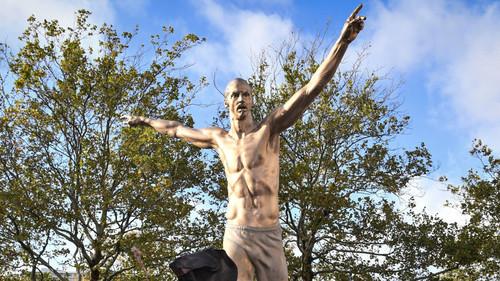 ФОТО. От статуи Ибрагимовича остались одни ноги