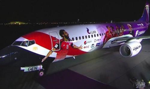 ВИДЕО. Игроки Ливерпуля не дают Салаху поспать в самолете
