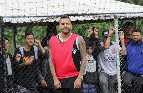 Дентіньо грає з друзями в футбол в Бразилії, хоча Шахтар вийшов з відпустки