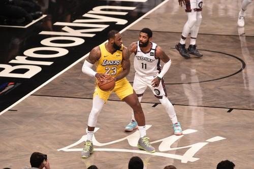 НБА. Трипл-дабл Леброна помог Лейкерс обыграть Бруклин