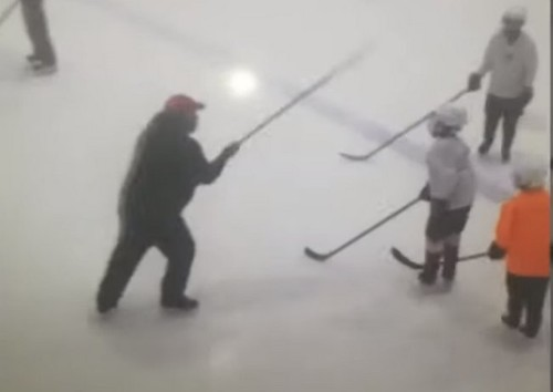 ВИДЕО. Как хоккейный тренер в России бил детей клюшкой по голове