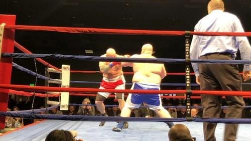 ВИДЕО. Двести кило! Самый толстый боксер мира нокаутирован во 2-м раунде