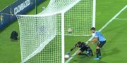 ВИДЕО. Невероятный автогол. Вратарь Уругвая закатил мяч в свои ворота