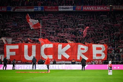 Бавария сыграла вничью с РБ Лейцпиг, фанаты вывесили оскорбительный баннер