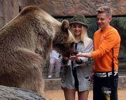 ФОТО. Зінченко і Влада Седан погодували ведмедя з рук