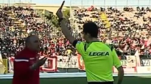 ВИДЕО. Тренер ударил своего футболиста в Италии и был удален с поля