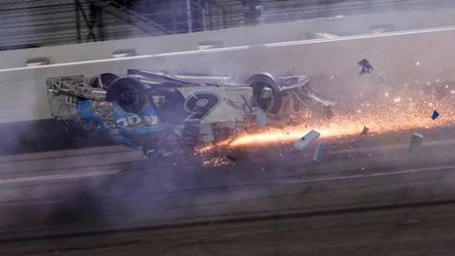 ВИДЕО. Страшная авария в гонках NASCAR. Гонщик в тяжелом состоянии
