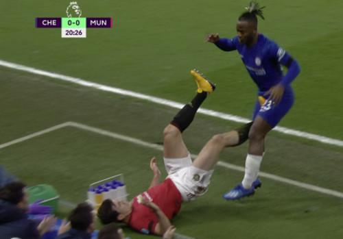 ВИДЕО. Дикий фол в матче Челси – МЮ. Магуайр ударил соперника в пах