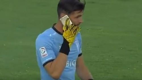 ВИДЕО. Необычная реакция. В Чили во вратаря бросили мобильный телефон