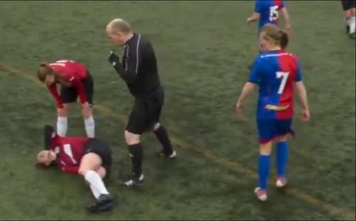ВИДЕО. Футболистка вывихнула колено, но кулаком вернула его на место