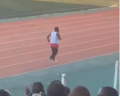 ВИДЕО. Тренер в Танзании дразнил фанов бывшей команды и снял штаны