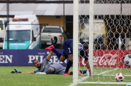 ВИДЕО. Запутался с мячом! Самый курьезный автогол сезона забит в Парагвае