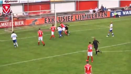 ВИДЕО. Судья забил курьезный гол в ворота в чемпионате Голландии