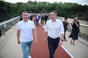 ФОТО. Братья Кличко открыли уникальный мост в центре Киева