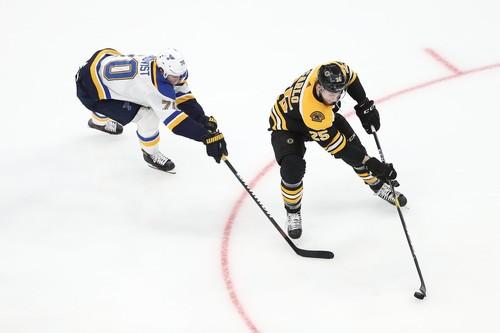 Российский хоккеист шайбой порезал капитана соперников