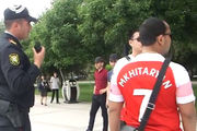 ВИДЕО ДНЯ. Полиция в Баку останавливает фанов с футболками Мхитаряна