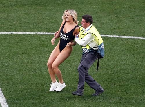 ДЕВУШКА ДНЯ. Модель, выбежавшая на поле во время финала Лиги чемпионов