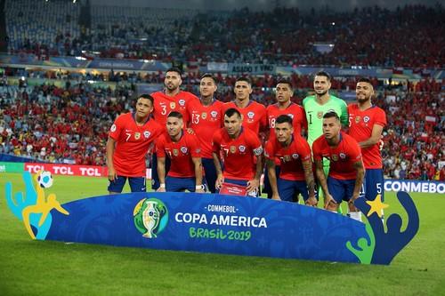 Футболист сборной Чили оригинально остановил выбежавшего болельщика