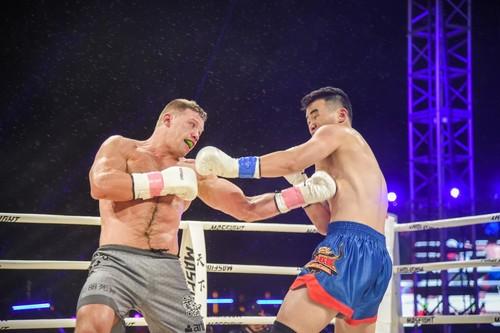 ВИДЕО. Украинский кикбоксер провел три боя за вечер на турнире в Китае