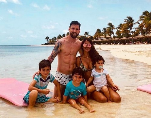ФОТО. Месси покатал семью по пляжу на джипе