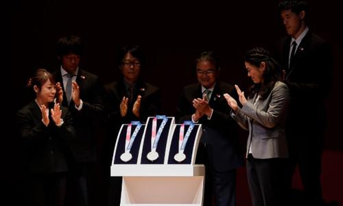 В Токио показали медали ОИ-2020 из переработанных смартфонов