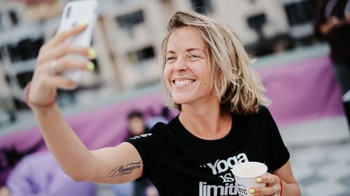 Nike провел красочную йога-сессию на берегу Днепра
