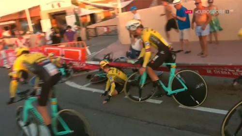 ВИДЕО. Неожиданное падение фаворитов велогонки Вуэльта 2019