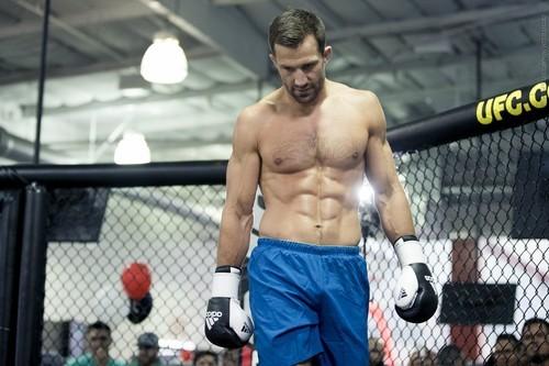 ВИДЕО. Экс-чемпион UFC Рокхолд провел удушающий прием бычку