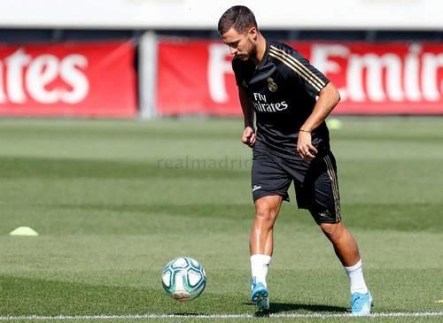 Азар начал тренироваться с мячом