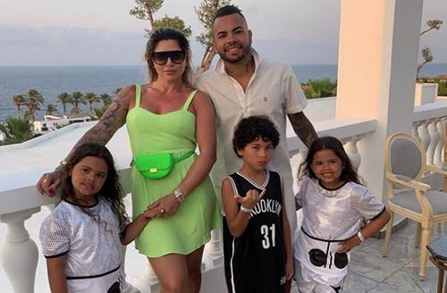 Хавбек Шахтера отдыхает с семьей на Крите