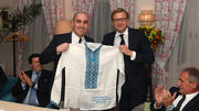 ФОТО. Шахтер подарил представителям Манчестер Сити вышиванки