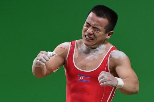 ВИДЕО. Спортсмен из КНДР поднял штангу, в три раза превышающую его вес
