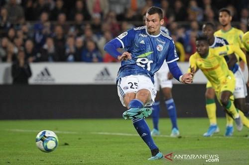 Благодаря пенальти, Страсбург одержал волевую победу над Нантом