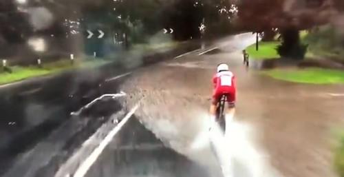 ВИДЕО ДНЯ. Зрелищное падение велогонщика в огромную лужу