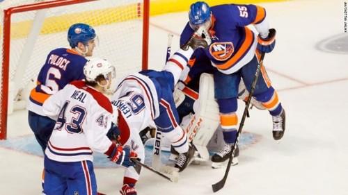 ВИДЕО. Хоккеисту НХЛ наложили 90 швов после удара лезвием в лицо