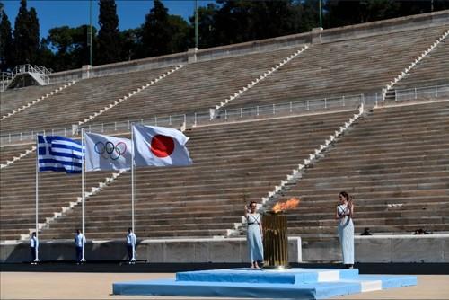 ВИДЕО. В Афинах олимпийский огонь был передан Токио без зрителей