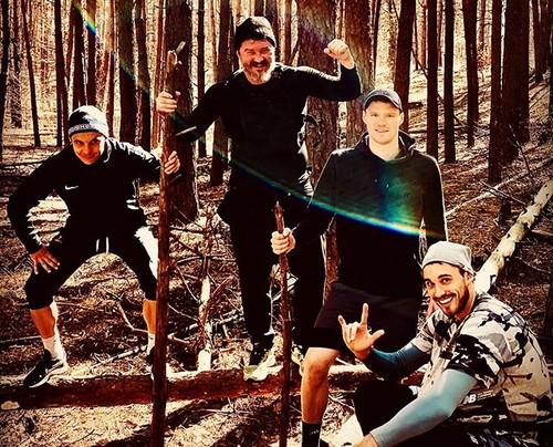 ФОТО. Двое динамовцев с агентом убежали в лес от вируса