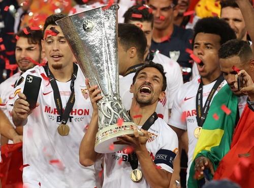 ВИДЕО. Как Севилью награждали трофеем Лиги Европы 2019/20