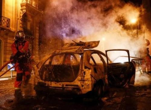 ВИДЕО. Фанаты ПСЖ устроили погром в Париже после поражения от Баварии