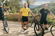 ФОТО. Макгрегор покатался на велосипеде в желтой майке Тур де Франс