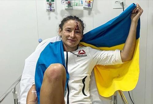 Вся в крови, но с флагом! Марина Мороз показала фото после победы в UFC