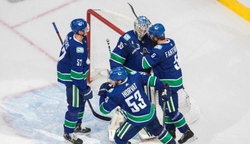 НХЛ. Филадельфия бьет Айлендерс во 2-м овертайме, 7 матч Ванкувера и Вегаса