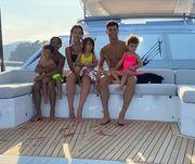 ФОТО. Роналду отдыхает в бассейне с семьей