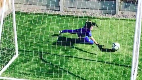 ВІДЕО. У самоізоляції. Юний футболіст-воротар пробиває сам собі по воротах