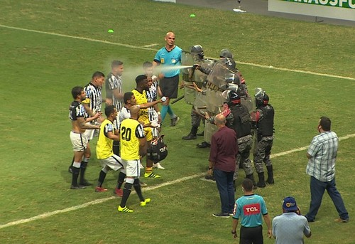 ВИДЕО. Яростная стычка футболистов с полицией во время матча в Бразилии